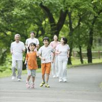 ジョギングをする3世代家族
