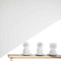 テーブルの上に並ぶ雪だるま 11017014413  写真素材・ストックフォト・画像・イラスト素材 アマナイメージズ