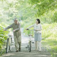自転車を押すシニア夫婦