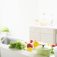 野菜の並ぶキッチン 11017014535| 写真素材・ストックフォト・画像・イラスト素材|アマナイメージズ