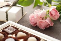 バレンタインチョコレートとバラの花