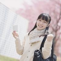 受験票を持ち微笑む女子中学生