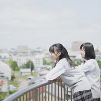 街並みと2人の女子学生