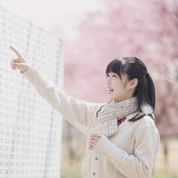 合格発表のボードを見て喜ぶ女子中学生 11017014824| 写真素材・ストックフォト・画像・イラスト素材|アマナイメージズ