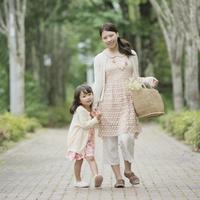 手をつなぎ微笑む親子 11017014834| 写真素材・ストックフォト・画像・イラスト素材|アマナイメージズ