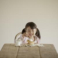 パンケーキを食べる女の子 11017014864| 写真素材・ストックフォト・画像・イラスト素材|アマナイメージズ