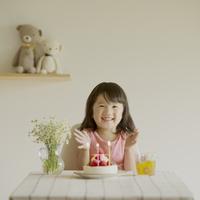 テーブルの上のケーキと微笑む女の子 11017014878| 写真素材・ストックフォト・画像・イラスト素材|アマナイメージズ