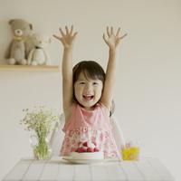 テーブルの上のケーキと微笑む女の子