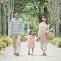 手をつなぎ微笑む親子 11017014928| 写真素材・ストックフォト・画像・イラスト素材|アマナイメージズ