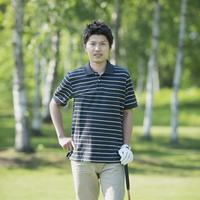 ゴルフクラブを持ち微笑む男性 11017014963| 写真素材・ストックフォト・画像・イラスト素材|アマナイメージズ
