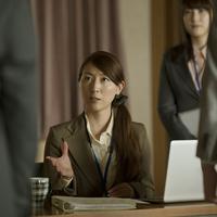 会議室で指示をするビジネスウーマン