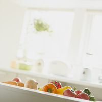 キッチンの上に並ぶ野菜 11017015282| 写真素材・ストックフォト・画像・イラスト素材|アマナイメージズ