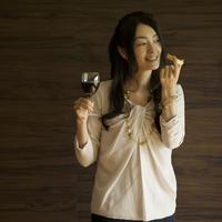 ワイングラスとチーズを持ち微笑む女性 11017015310| 写真素材・ストックフォト・画像・イラスト素材|アマナイメージズ