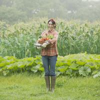 農園で野菜を持ち微笑む女性 11017015319| 写真素材・ストックフォト・画像・イラスト素材|アマナイメージズ