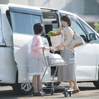 車に荷物を積み込む親子