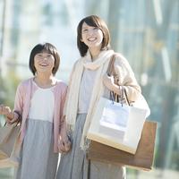 買い物をする親子