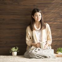 コーヒーカップを持ち微笑む女性 11017015460  写真素材・ストックフォト・画像・イラスト素材 アマナイメージズ