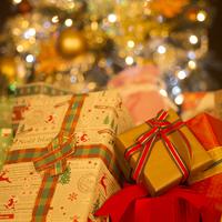 プレゼントとクリスマスツリー 11017015522  写真素材・ストックフォト・画像・イラスト素材 アマナイメージズ