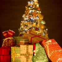 プレゼントとクリスマスツリー 11017015556  写真素材・ストックフォト・画像・イラスト素材 アマナイメージズ