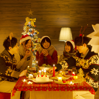 クリスマスパーティーをする若者たち