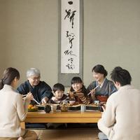 おせち料理を食べる3世代家族 11017015755| 写真素材・ストックフォト・画像・イラスト素材|アマナイメージズ
