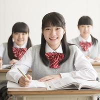 教室で授業を受ける女子校生