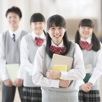 廊下で微笑む学生