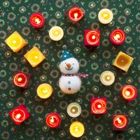 たくさんのキャンドルと雪だるま 11017015933  写真素材・ストックフォト・画像・イラスト素材 アマナイメージズ