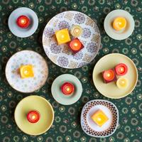 たくさんの皿とキャンドル 11017016017| 写真素材・ストックフォト・画像・イラスト素材|アマナイメージズ