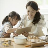タブレットPCでレシピを調べる親子