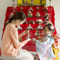 雛人形の飾り付けをする親子 11017016232| 写真素材・ストックフォト・画像・イラスト素材|アマナイメージズ
