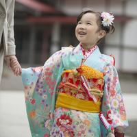 母親と手をつなぐ七五三の女の子 11017016272  写真素材・ストックフォト・画像・イラスト素材 アマナイメージズ