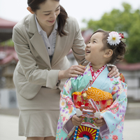 七五三の女の子と母親 11017016274  写真素材・ストックフォト・画像・イラスト素材 アマナイメージズ