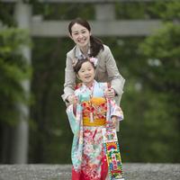 七五三の女の子と母親