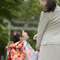 母親と手をつなぐ七五三の女の子の後姿