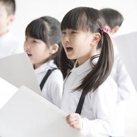 合唱をする小学生