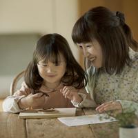 クッキーにチョコレートで絵を描く女の子と母親 11017016600| 写真素材・ストックフォト・画像・イラスト素材|アマナイメージズ