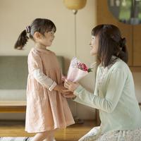 母親に花束を渡す女の子