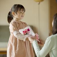 母親に花束を渡す女の子 11017016645| 写真素材・ストックフォト・画像・イラスト素材|アマナイメージズ