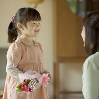 母親に花束を渡す女の子 11017016646| 写真素材・ストックフォト・画像・イラスト素材|アマナイメージズ