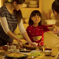 夕食の準備をする家族