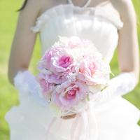 ブーケを持つ花嫁の手元