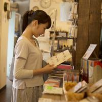 雑貨屋で本を見る女の子