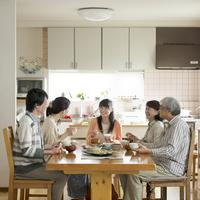 朝食を食べる3世代家族