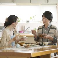 朝食を食べるミドル夫婦