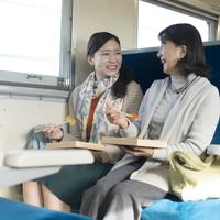 電車の中で駅弁を食べる親子 11017017198| 写真素材・ストックフォト・画像・イラスト素材|アマナイメージズ