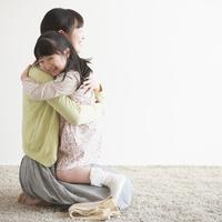 母親に抱きつく女の子