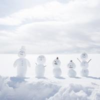 雪原で一列に並ぶ雪だるま 11017017297  写真素材・ストックフォト・画像・イラスト素材 アマナイメージズ