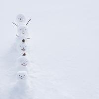 雪原で一列に並ぶ雪だるま 11017017305  写真素材・ストックフォト・画像・イラスト素材 アマナイメージズ