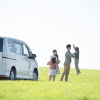 草原で遊ぶ家族 11017017335| 写真素材・ストックフォト・画像・イラスト素材|アマナイメージズ
